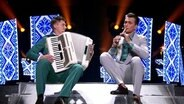 Die Moderatoren Vova und Alex machen Musik während des zweiten Halbfinales in Kiew