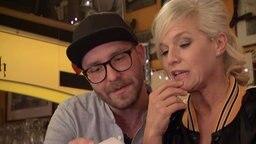 Mark Forster und Ina lesen eine Bierdeckel-Frage