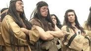Schauspieler als Indianer verkleidet.