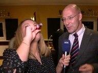 Jasmin Wenkemann genehmigt sich einen Schnaps bei einem Interview mit Alexander Wolf am AfD-Infoabend in Hamburg.