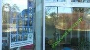 Auf einem Fenster steht der Schriftzug: Power for kids.