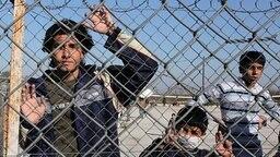 Illegale Einwanderer in griechischem Internierungslager © picture alliance / dpa Fotograf: Nikos Arvanitidis