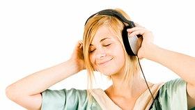 Eine junge Frau hört verzückt Musik © picture-alliance Foto: CHROMORANGE