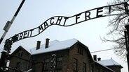 Historische Aufschrift im KZ Auschwitz © dpa Foto: Jacek Bednarczyk