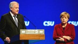 Angela Merkel steht neben Horst Seehofer.