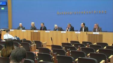 Das Podium mit den Gesprächsteilnehmern auf der Bundespressekonferenz.