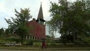 Inderin vor Kirche