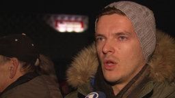 Ein Reporter von RTL wird von einem Panorama-Team bei der Pegida-Demonstration interviewt