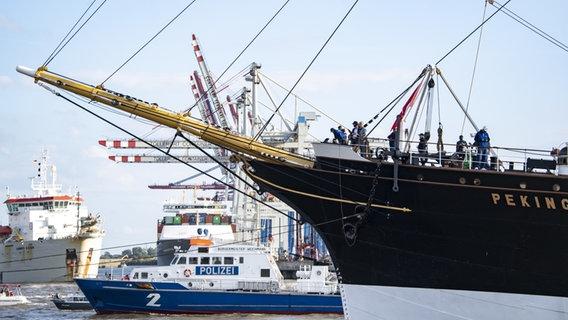 "Die ""Peking"" fährt in den Hamburger Hafen. © picture alliance/Axel Heimken/dpa Foto: Axel Heimken"