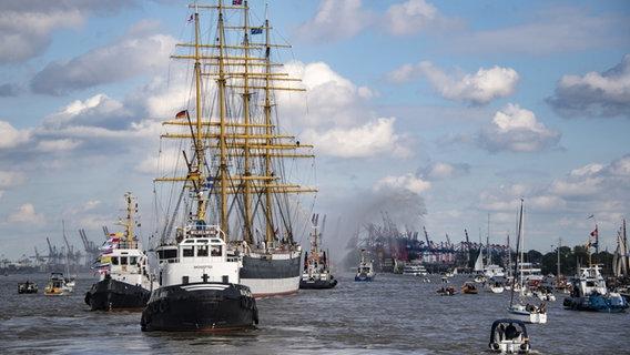 """Die """"Peking"""" fährt in den Hamburger Hafen ein. © picture alliance/Axel Heimken/dpa Foto: Axel Heimken"""