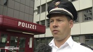 Polizist im Interview.