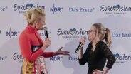 Barbara Schöneberger und Helene Nissen auf einer Pressekonferenz in Köln