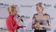 Barbara Schöneberger und Levina auf der Pressekonferenz in Köln.