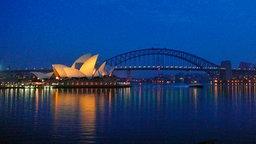 Blick auf das Opernhaus von Sydney, im Hintergrund die Harbour Bridge, am frühen Morgen. © SWR/Werner Meyer