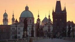 Morgenstimmung auf der Karlsbrücke in Prag. © picture-alliance