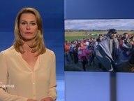 Anja Reschke vor einem Bild mit Geflohenen