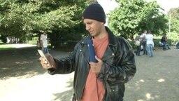 Reporter Rollo schaut auf sein Telefon.