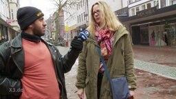 Reporter Rollo interviewt.