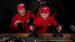 Ein Mann und ein Junge bedienen technische Geräte