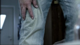 Ein Mann Hält Sich Vor Schmerzen Das Knie.