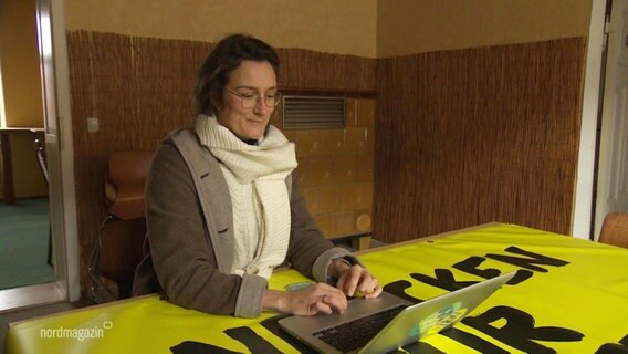 Projektleiterin Veronica Busch am Laptop.