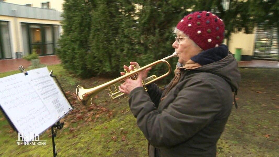 Freude in der Pandemie: Trompeterin spielt für Seniorenheim