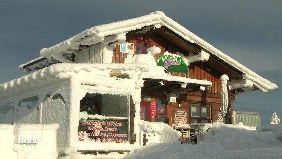 Eine zugeschneite Gaststätte im Harz wartet bei bestem Winterwetter vergeblich auf Gäste.