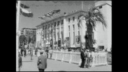 Französische Architektur, mit Menschen und Palmen im Vordergrund (Archivbild)