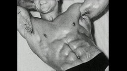 Ein Bodybuilder präsentiert seinen durchtrainierten Bauch.