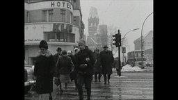 Menschen überqueren eine Straße in Berlin.