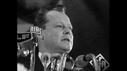 Willy Brandt redet an einem Pult (Archivbild)