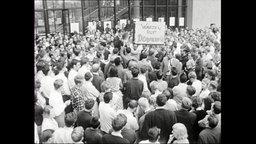 Studierende protestieren vor der FU Berlin.