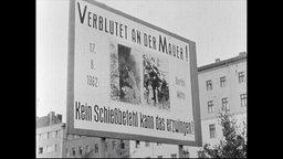 Ein Schild dass auf Morde an der Berliner Mauer hinweist (Archivbild)