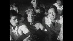 Eine Gruppe Jugendlicher sitzt eng zusammen (Archivbild)