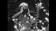 Ein Wachposten schaut druch sein Fernglas (Archivbild)