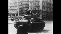 Ein Panzer steht auf einer Straße in Griechenland.
