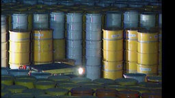 Gelbe und blaube Fässer in einem atomaren Endlager.