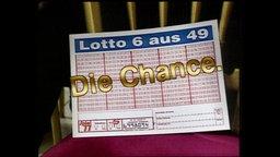 """Ein inszenierter Lottoschein mit einem großen goldenen Schiftzug """"Die Chance"""""""