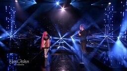 Michael Schulte & Zoe Wees stehen auf der Bühne und singen.