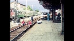 Ansicht des Bahnhofs Bad Kleinen während der Leichmann von Grams geborgn wird (Archvibild)