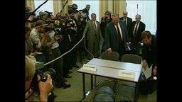 Der Stasi-Mann Alexander Schalck-Golodkowski wird von Pressevertretern umzingelt (Archivbild).