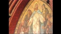 Eine Kirchenmalerei mit Jesus im Mittelpunkt