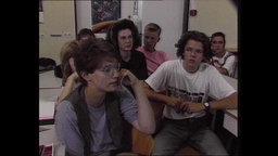 Schülerinnen und Schüler sitzen zusammen in einem Klassenraum (Archivbild).