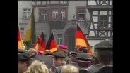 Eine Versammlung von Burschenschaftlern mit Deutschlandflaggen