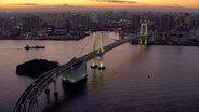Die Rainbow Bridge im Hafen von Tokio.
