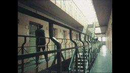 Ein Mann läuft durch den Korridor einer Justizvollzugsanstalt (Archivbild).