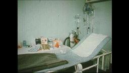 Eine Liege und vorbereitetes Equipment für eine Zwangsernährung (Archivbild).