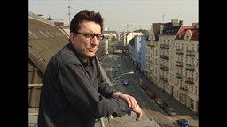 Der Ex-RAF-Terrorist Karl-Heinz Dellwo schaut auf eine Straße.