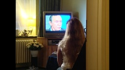 """Ein Insassin des 1977 entführten Flugzeugs """"Landshut"""" sieht im Fernsehen den Ex-RAF-Terroristen Boock."""