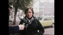 Eine Passantin spricht in ein Mikrofon (Archivbild).